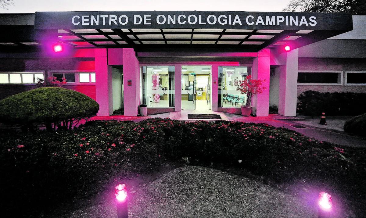 Gustavo Tilio/Divulgação Até a fachada do Centro de Oncologia de Campinas ganhou iluminação com tonalidade rosa, reconhecida no mundo inteiro, em prol da prevenção